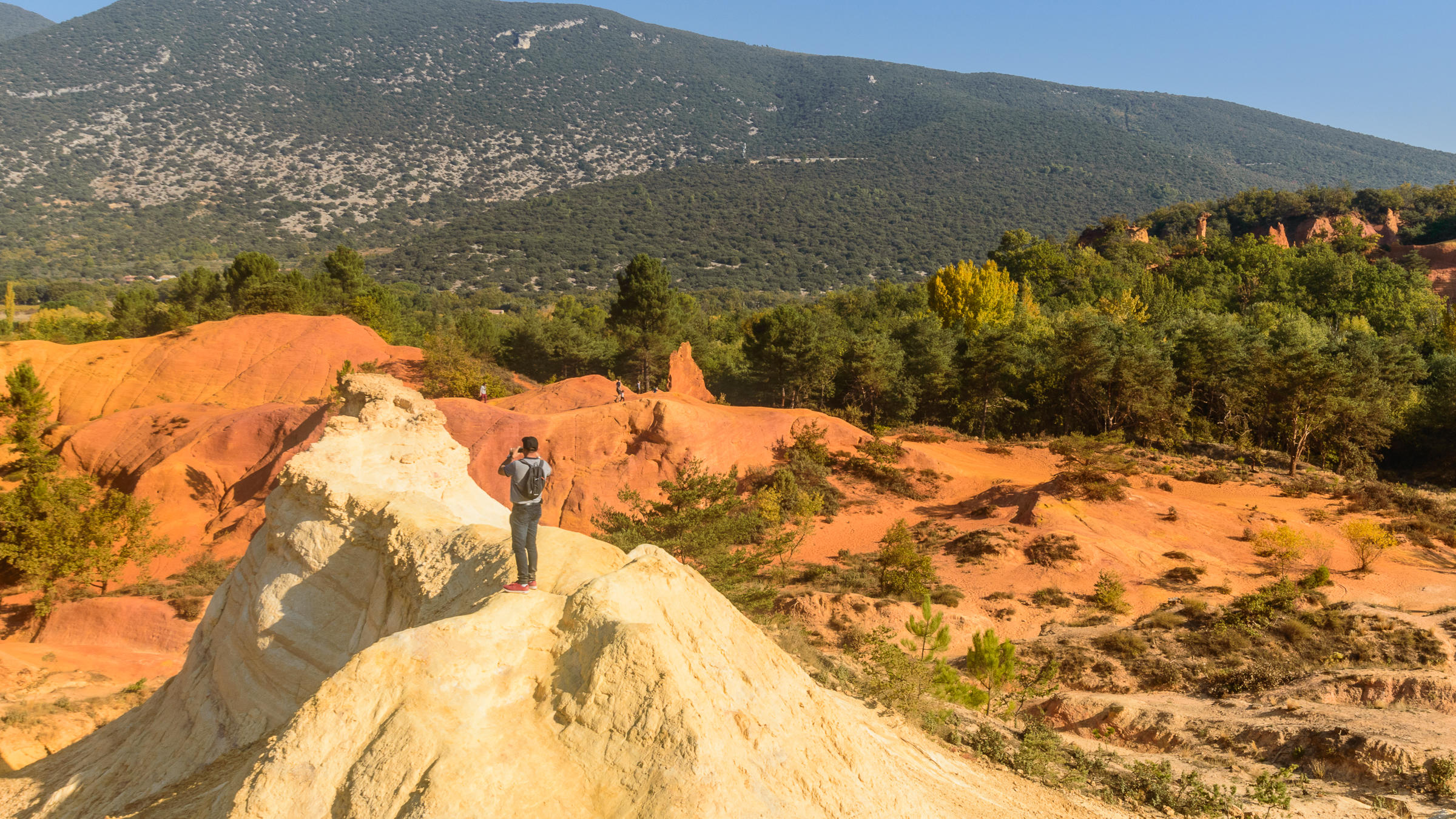Walking through the ochre quarries of Provence...