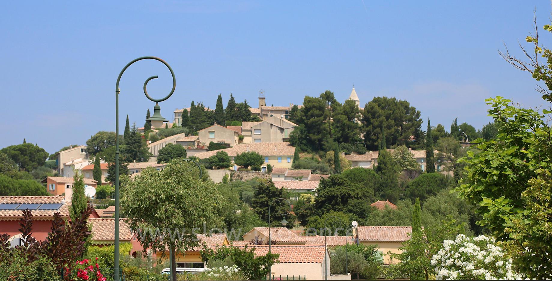 Cairanne, joli village connu pour son vin rouge Côtes du Rhone
